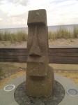 Skulptur mit dem Meer im Hintergrund
