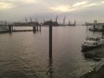 Hamburger Hafen, Wasser im Vordergrund und Kräne im Hintergrund
