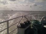 Heck des Schiffs mit Spur im Wasser