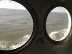 Schiffsbulaugen und dahinter das Meer