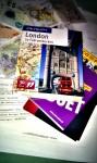 Chaos aus Papier Reiseführer und Geld