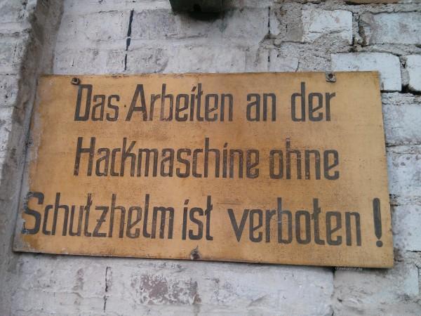 Das Arbeiten an der Hackmaschine ohne Schutzhelm ist verboten!
